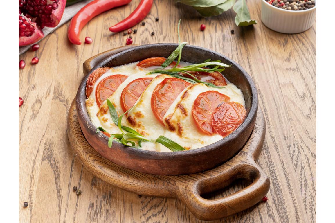 Сыр сулугуни жареный на кеце с томатами